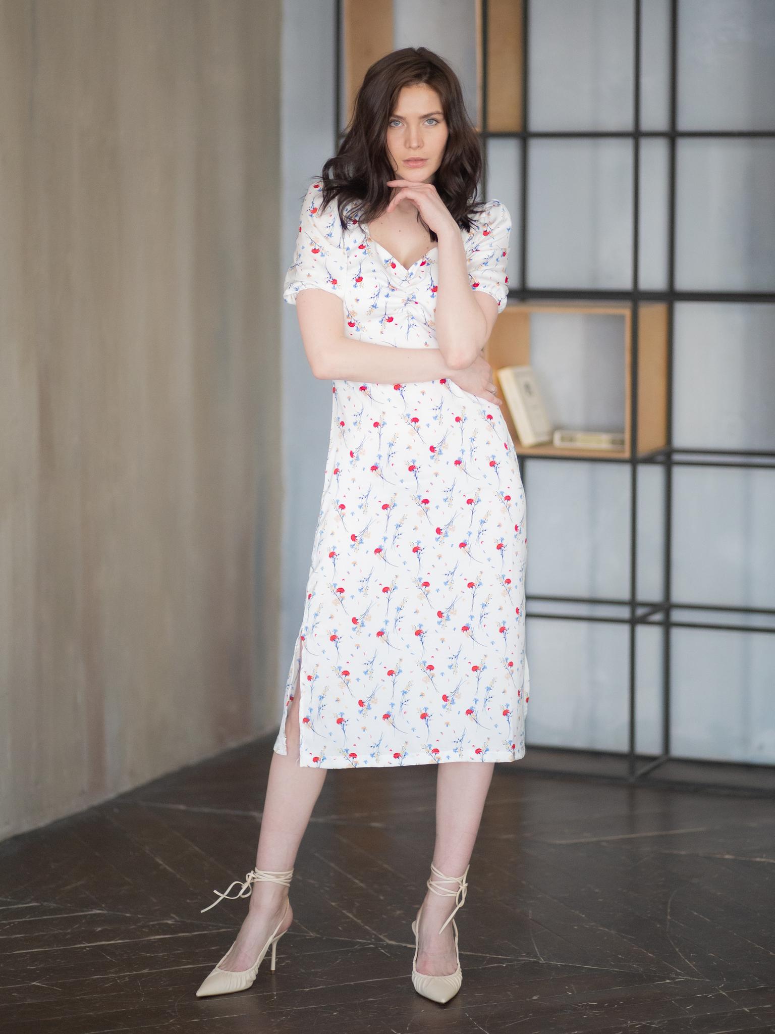 Платье-миди с цветочным принтом и драпировкой на груди белый