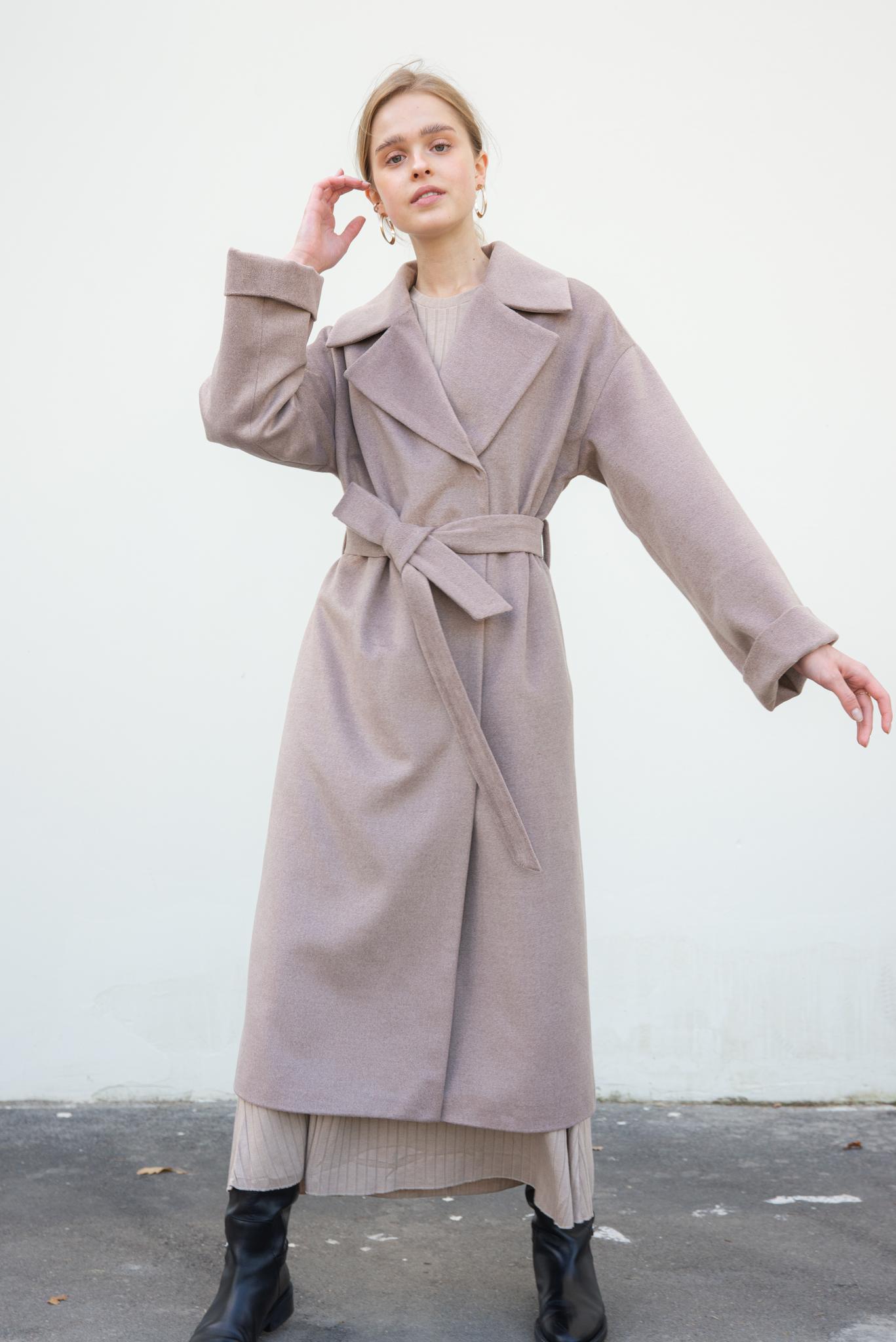 Двубортное пальто бежевое