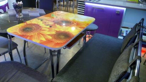 Кухонный раздвижной стеклянный стол с фотопечатью