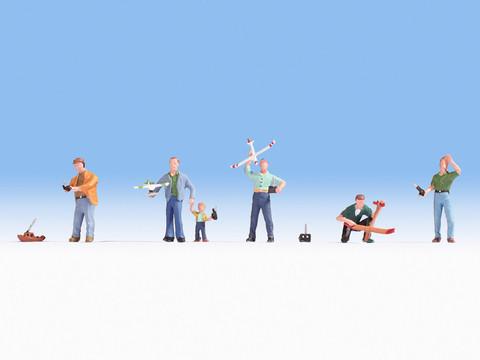 Авиамоделисты (5 взрослых, 1 ребенок и мелкие предметы)