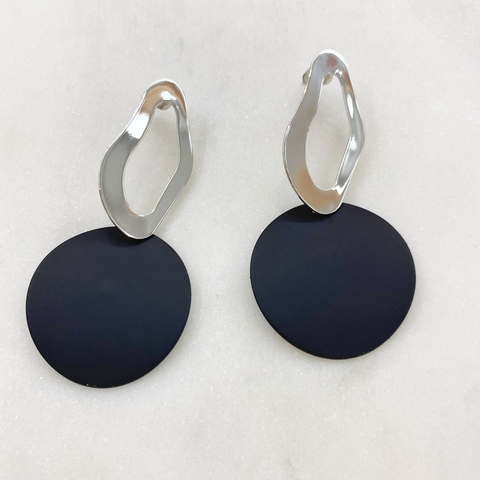Серьги с круглой матовой подвеской (черный, серебристый)