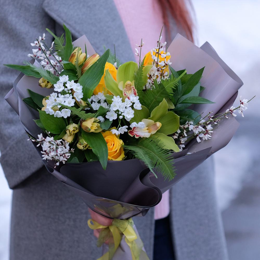 купить весенний букет с желтыми  и белыми цветами орхидея пермь доставка заказать онлайн