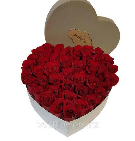 Сердце в коробке из красных роз 3
