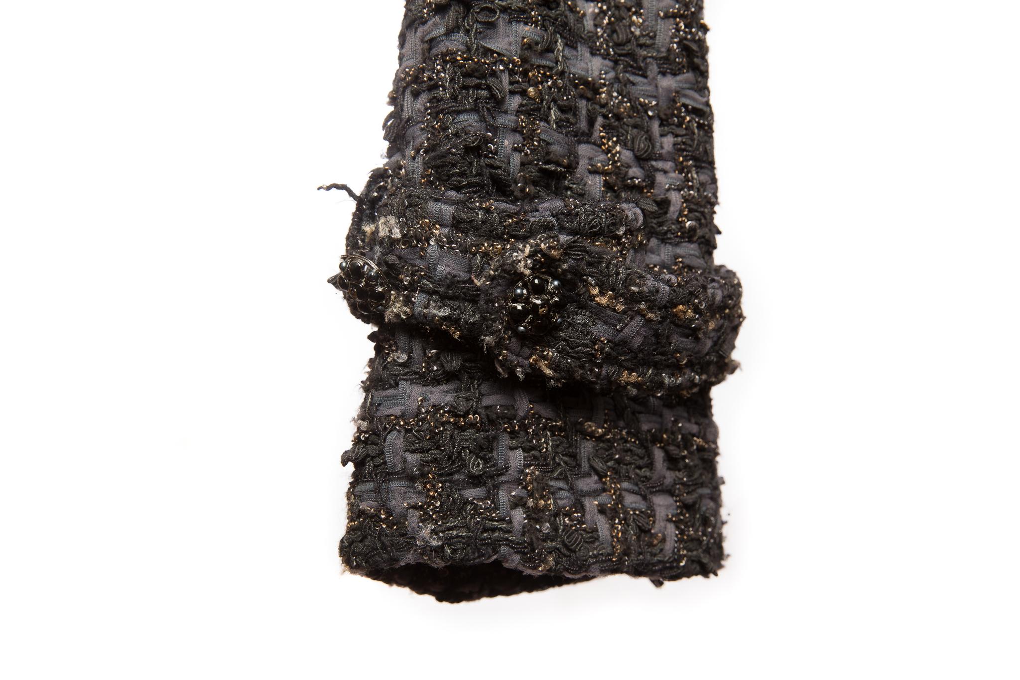 Стильное укороченное пальто с поясом из твида темных оттенков от Chanel, 40 размер.