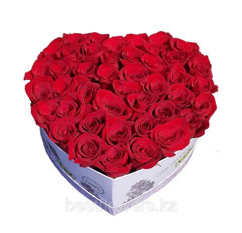 Сердце в коробке из красных роз 5