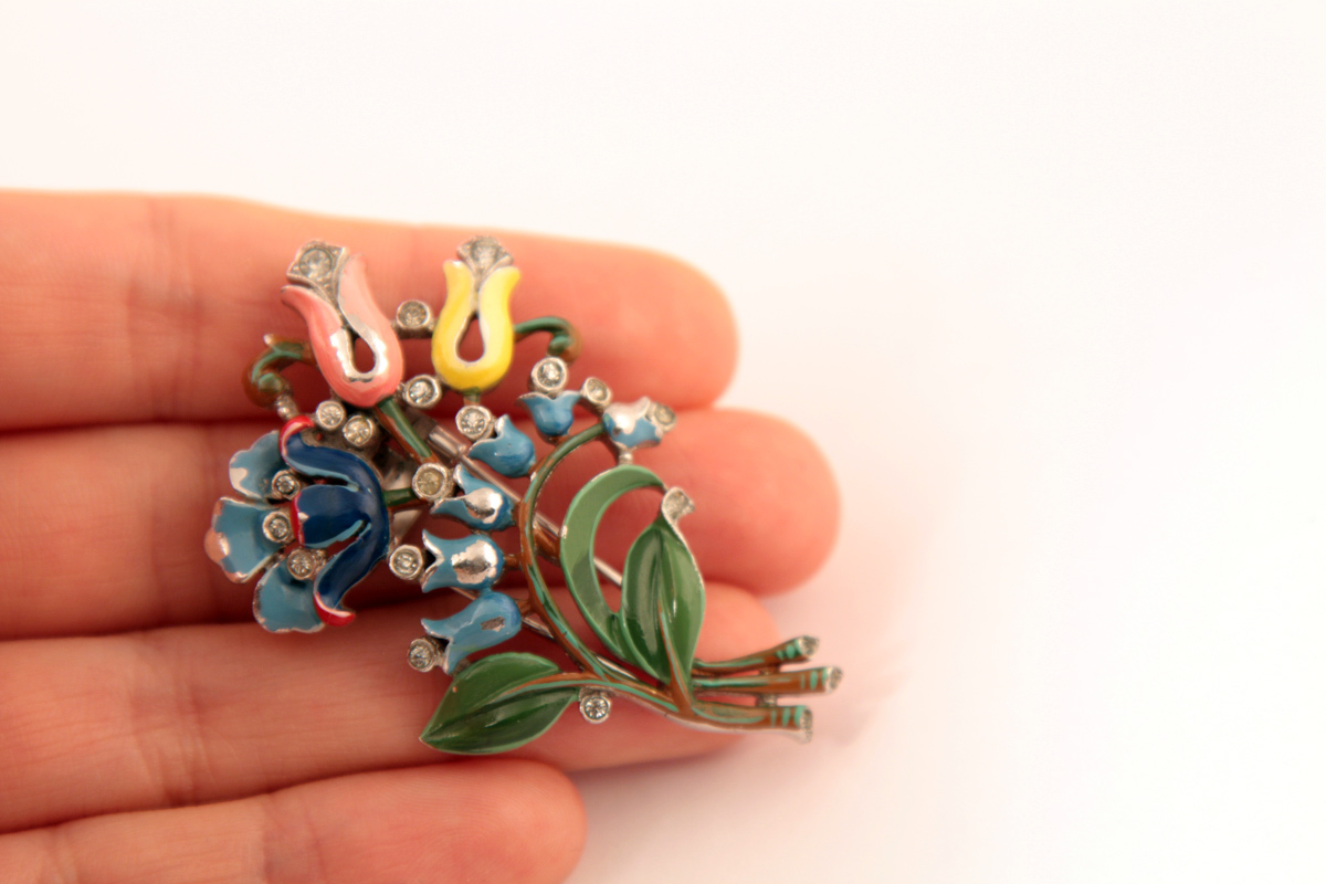 "Изысканная брошь ""Букет"" от Trifari, 40-е гг. book piece  |  1940s Trifari Enamel Rhinestone Flower Figural Fur Clip Brooch"