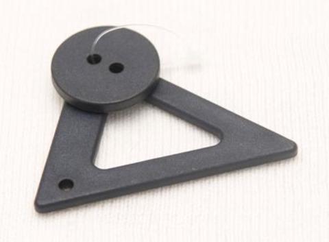 Застёжка треугольник с круглой пуговицей, очень тёмный синий
