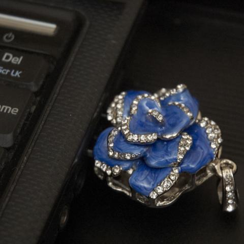 Usb флешка-кулон со стразами в форме цветка синего цвета jf_p_rose_blue