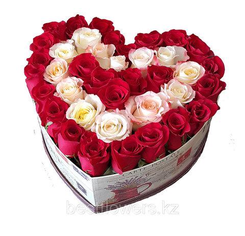 Сердце в коробке из белых и красных роз 5
