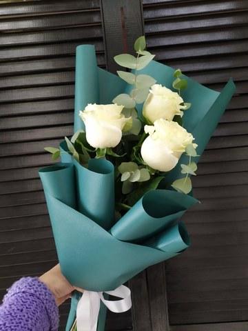 3 розы с оформлением и зеленью #5477