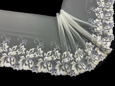 Вышивка на сетке молочная/голубая (левая) 18 см