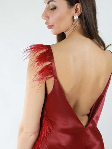 Платье-комбинация из атласа со вставками из страусинных перьев