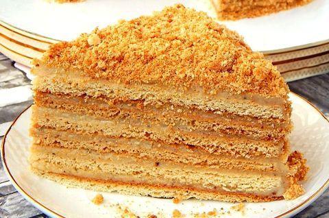 Кусок медового торта без глютена на молоке кокоса