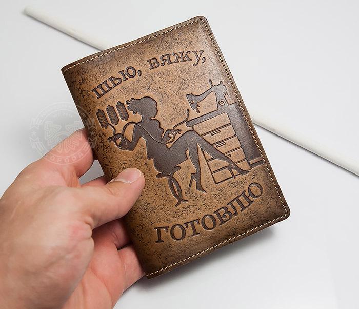 BY14-03-06 Прикольная обложка на паспорт для нее «Шью, Вяжу, Готовлю» фото 03