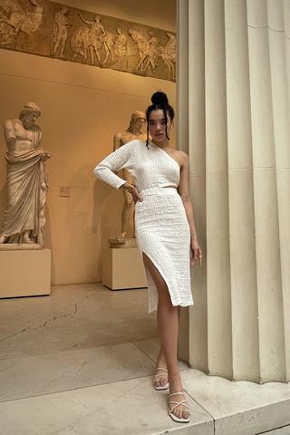 Платье на одно плечо с длинным рукавом белого цвета