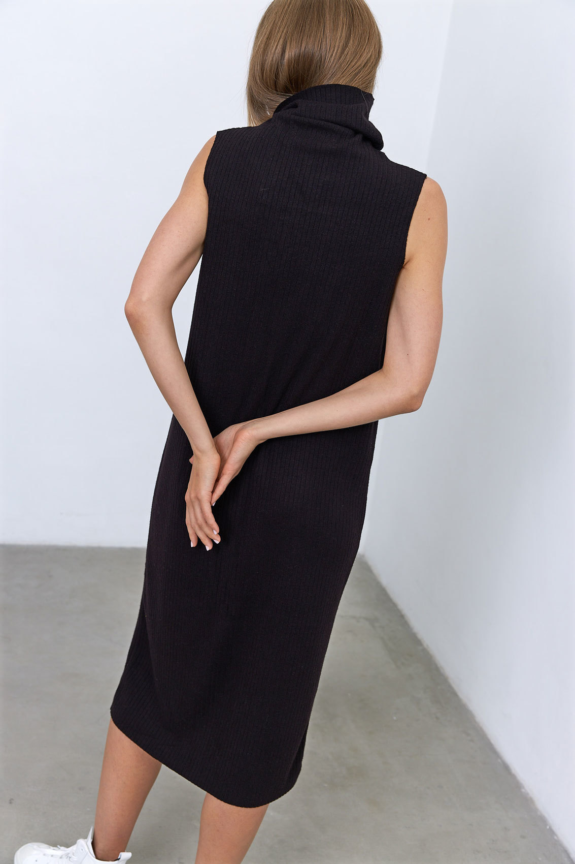 Платье-водолазка без рукавов (трикотаж), угольно-черный