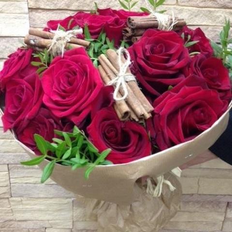 №49. Страстный букет из красных роз с корицей.