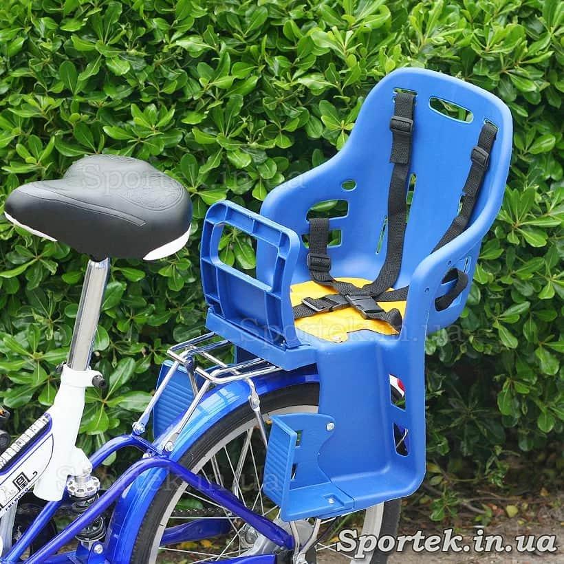 Пластмасове велосипедне крісло для дітей від 1 року і вагою до 22 кг встановлене на багажнику велосипеда
