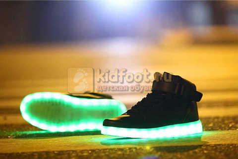 Светящиеся высокие кроссовки с USB зарядкой Fashion (Фэшн) на шнурках и липучках, цвет черный, светится вся подошва. Изображение 13 из 22.