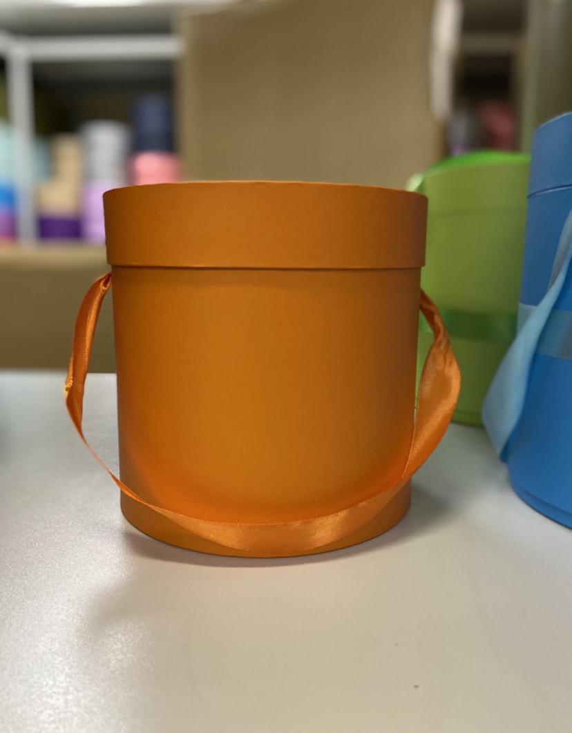 Шляпная коробка эконом вариант 18 см . Цвет: Оранжевый  . Розница 350  рублей .