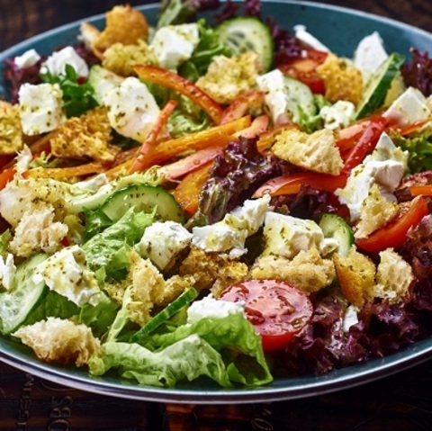 Салат чабата з свіжими овочами і лаймовой заправки