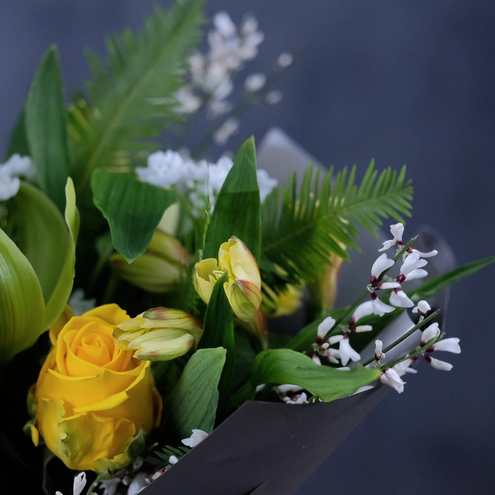Букет с орхидеей и желтыми розами