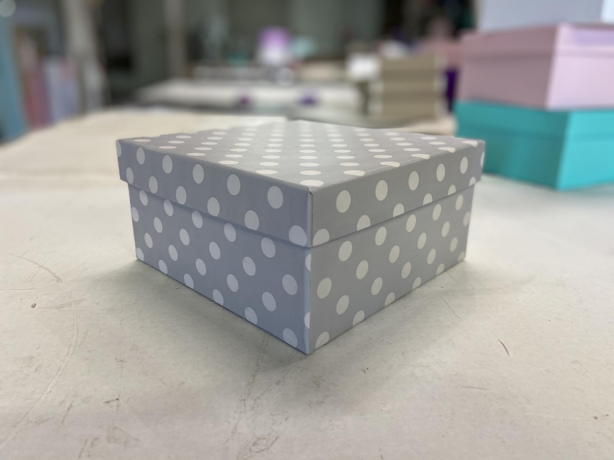 Квадратная коробка 19 см .Цвет; В горох  . В розницу 200 рублей