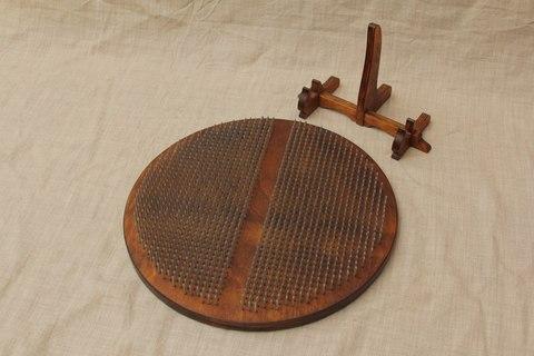 Круглая доска с гвоздями Sadhuboard с подставкой