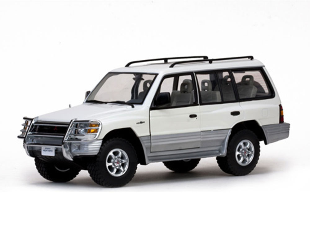 Коллекционная модель MITSUBISHI MONTERO 1998 WHITE