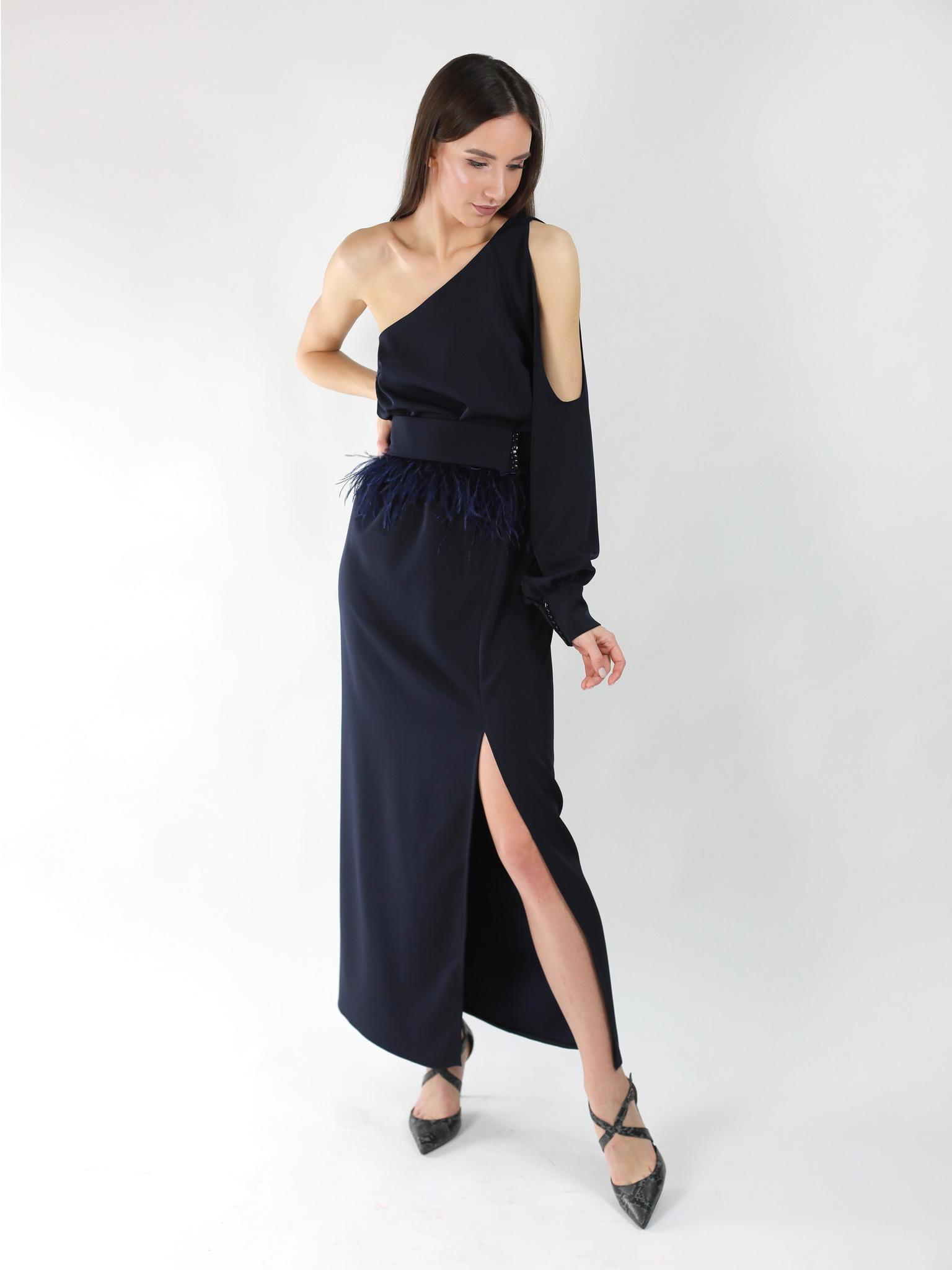 Платье ассиметричное с рукавом и разрезом