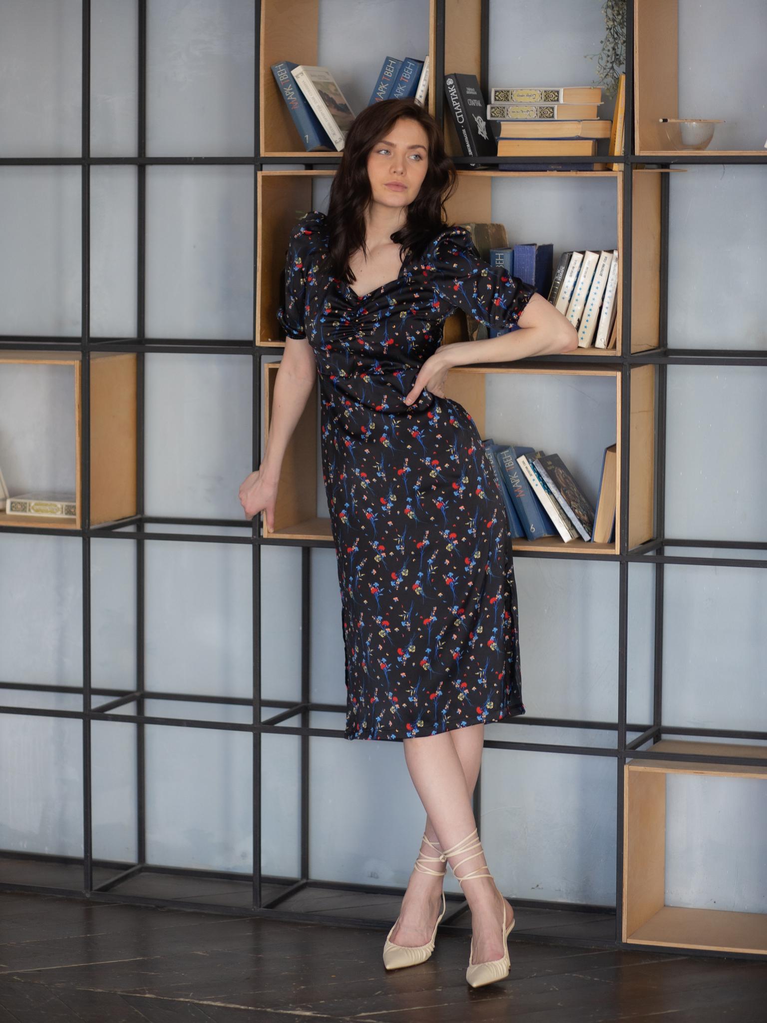 Платье-миди с цветочным принтом и драпировкой на груди черный