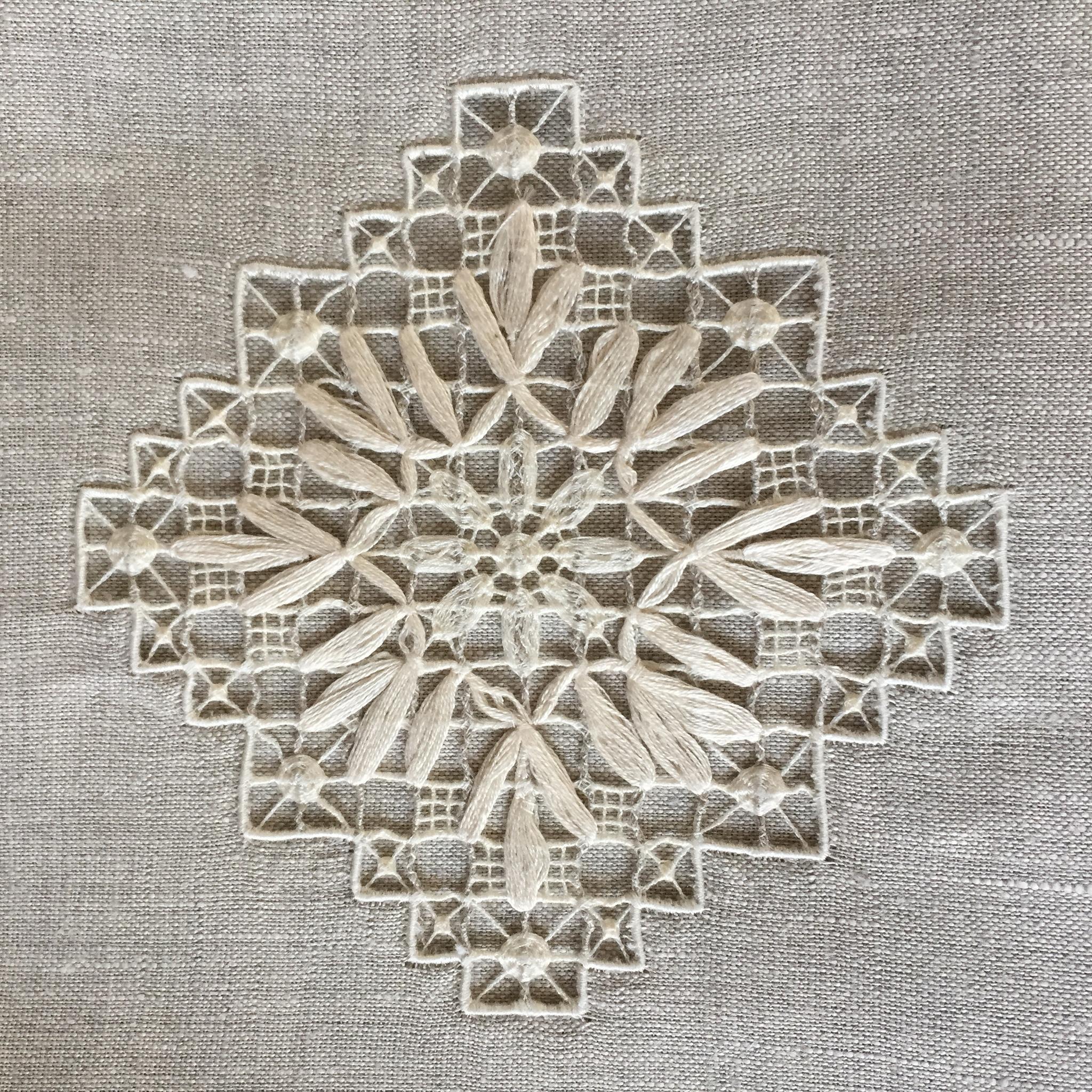 Комплект льняного постельного белья натуральный серый с нижегородской вышивкой
