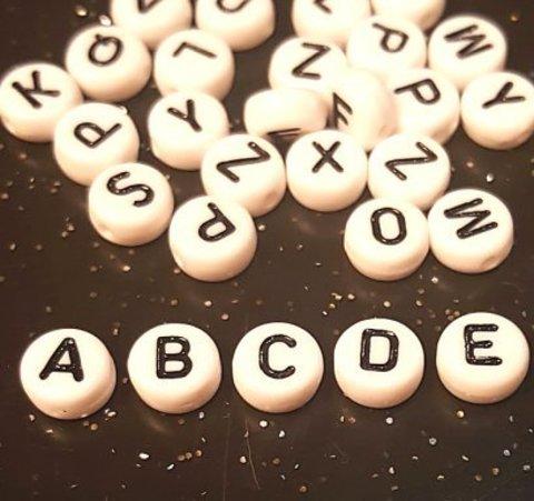 Бусина из белого акрила - буква «D»