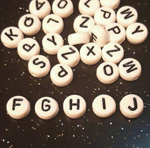 Бусина из белого акрила - буква «F»