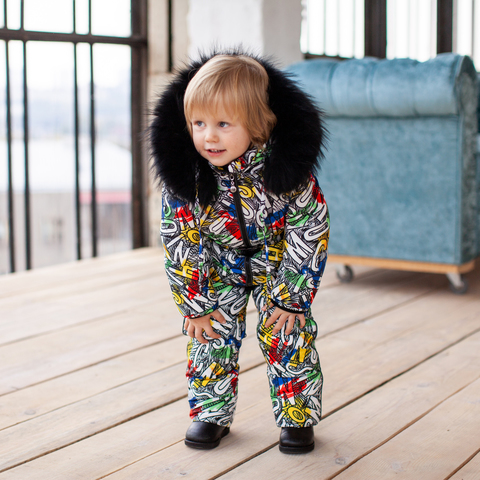 Дитячий зимовий комбінезон з принтом «Графіті» і опушкою з натурального хутра чорного кольору