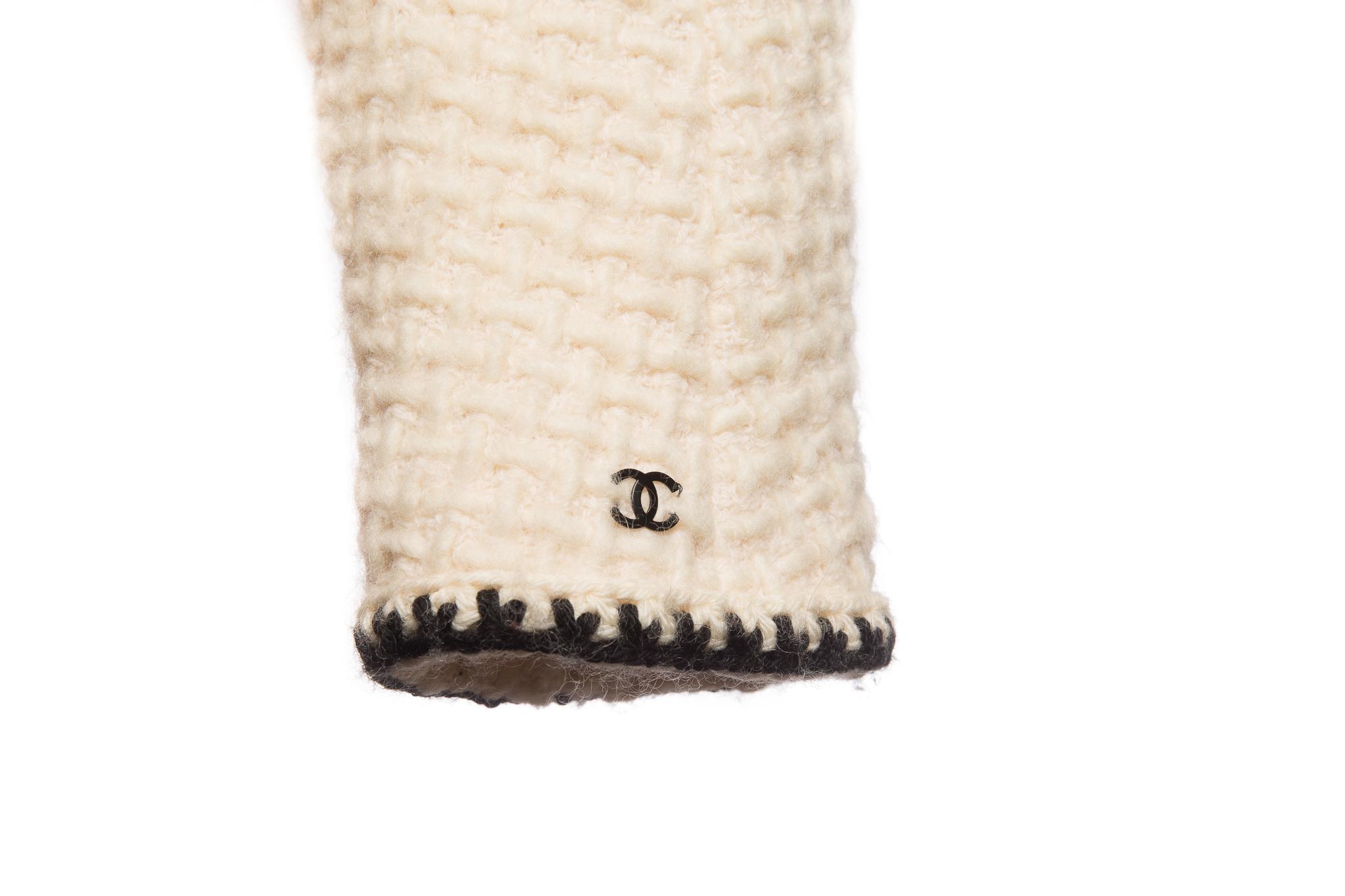 Женственное пальто из твида молочного цвета от Chanel, 38 размер.
