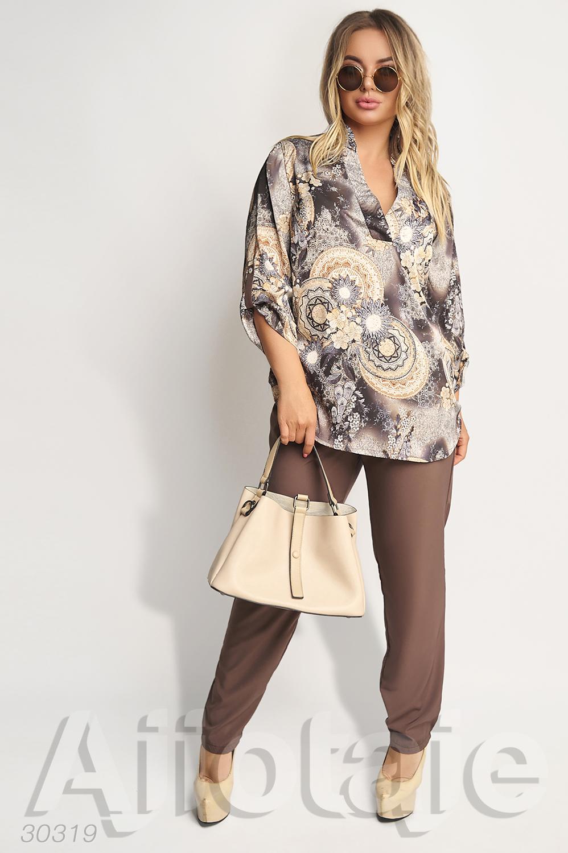 Двойка с шелковой блузкой и коричневыми брюками