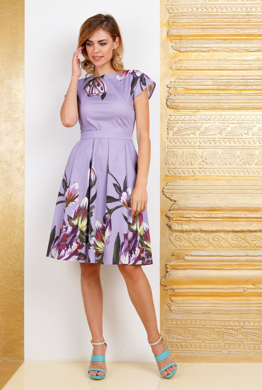 Платье З283-398 - Стильное, яркое платье с цветочным прином. Этот кокетливый и легкий фасон прекрасно подходит практически всем, скрывая недостатки фигуры. Классические линии кроя идеально обрисовывают женственный силуэт. Подходит для офиса, романтических встреч, праздничных и вечерних мероприятий.