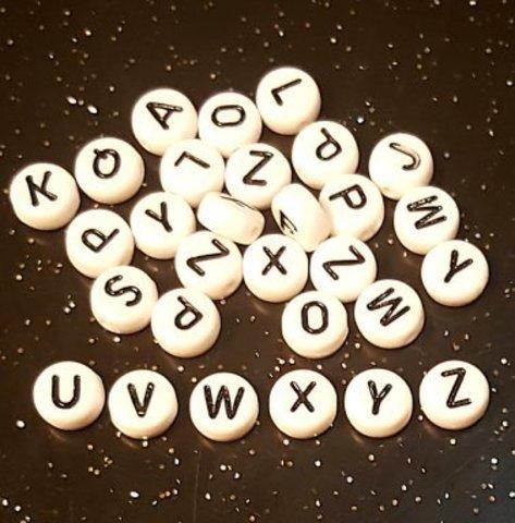 Бусина из белого акрила - буква «V»