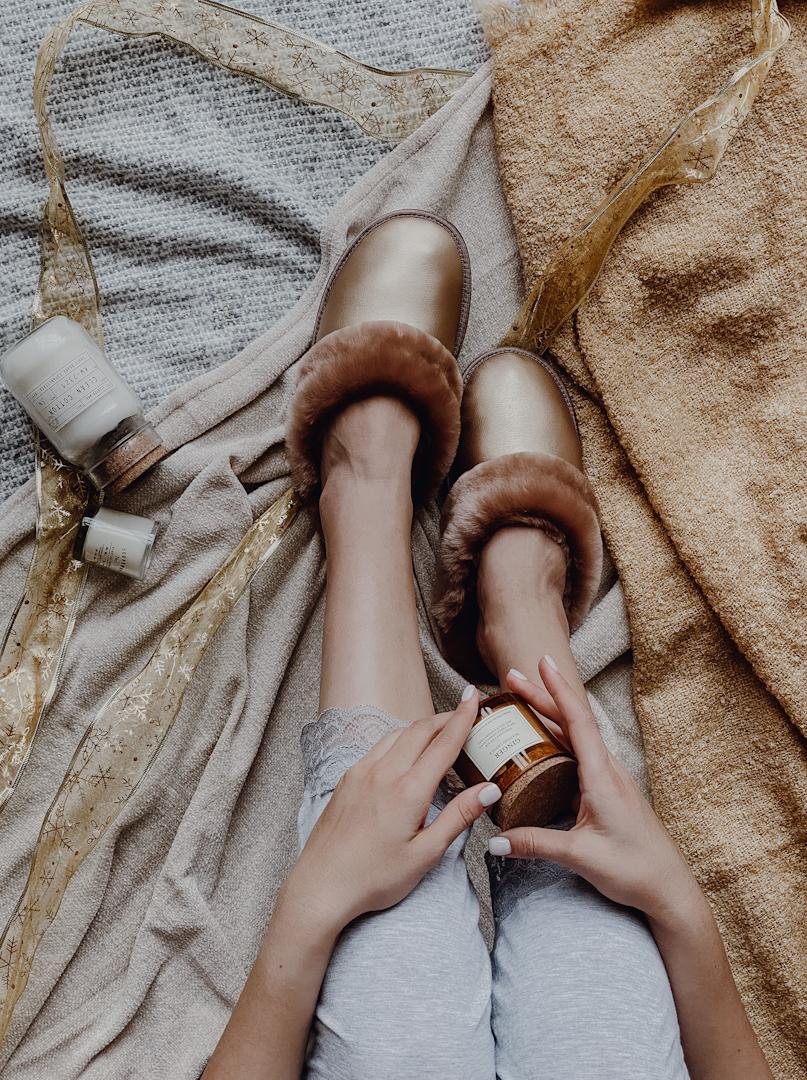 Меховые тапочки карамель закрытые с кожаным верхом золотистым
