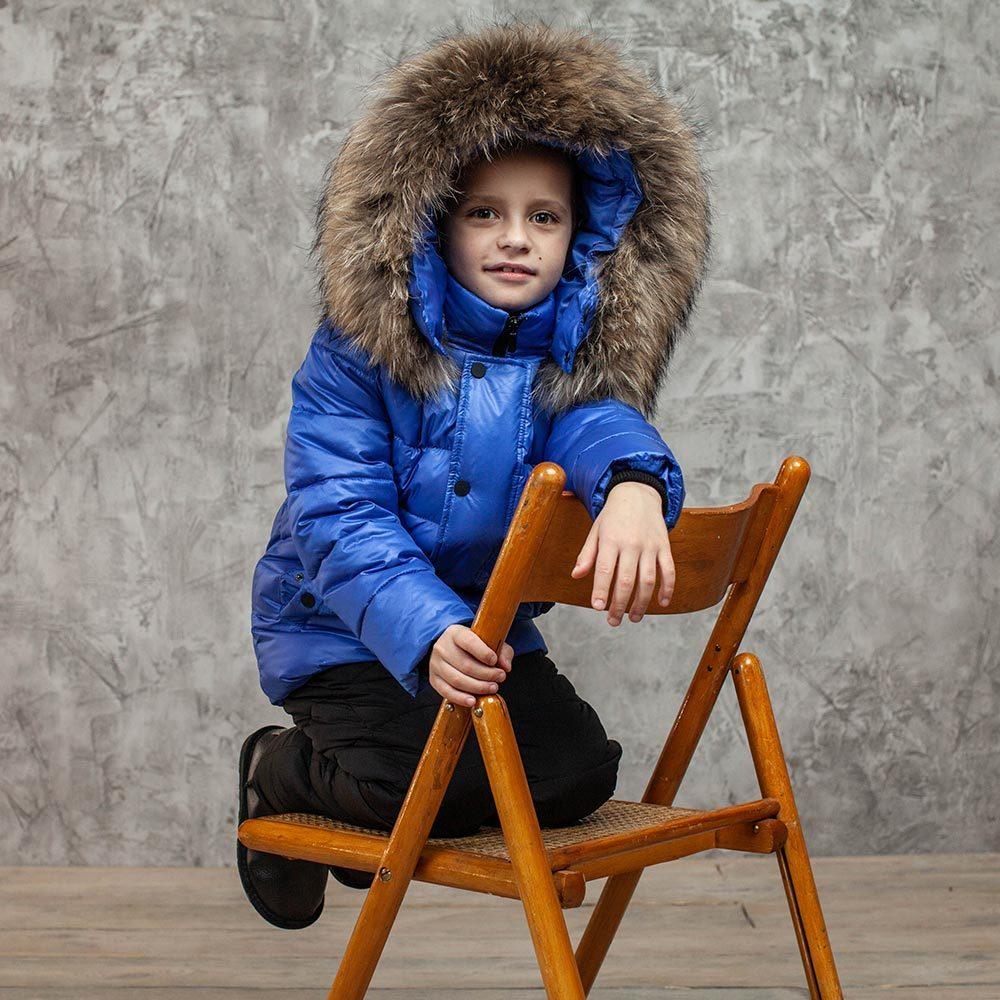Детский зимний костюм с натуральной опушкой в синем цвете для мальчика