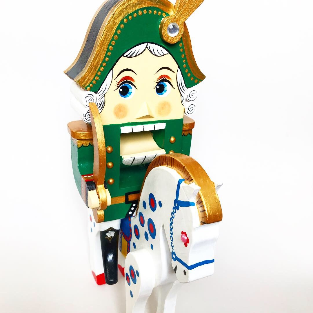 Игрушка Щелкунчик с саблей в зеленом  мундире