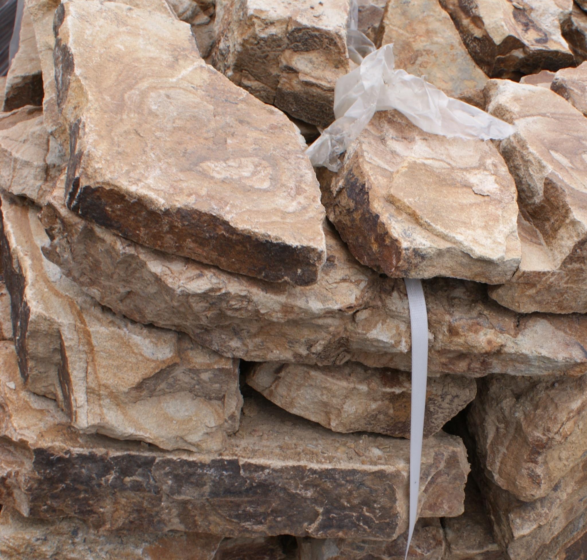 орех бутовый камень ландшафтный на поддоне для отгрузки