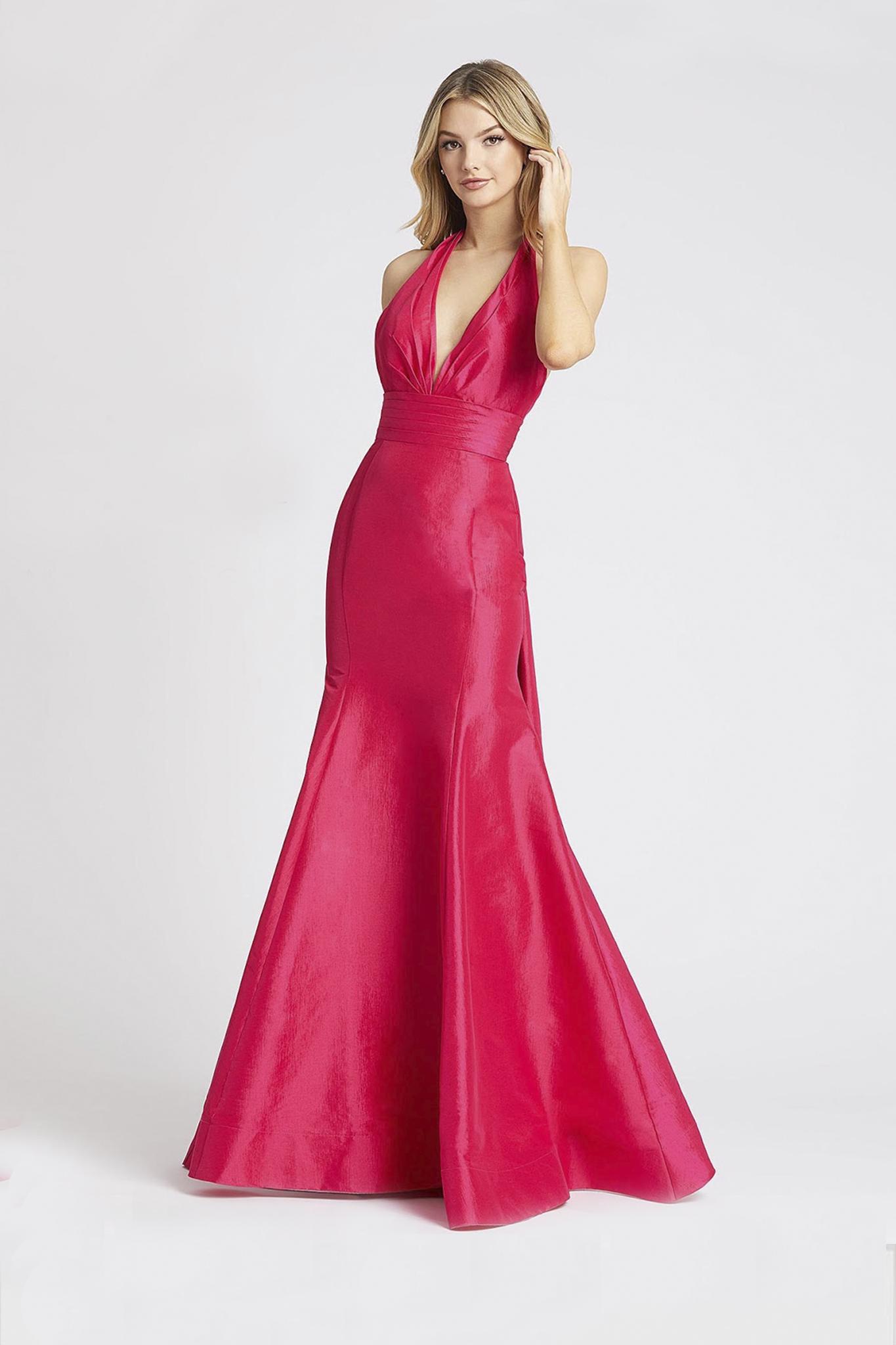 Длинное платье в розовом цвете с вырезом на спине