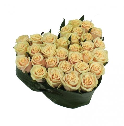 Сердце в коробке из кремовых роз