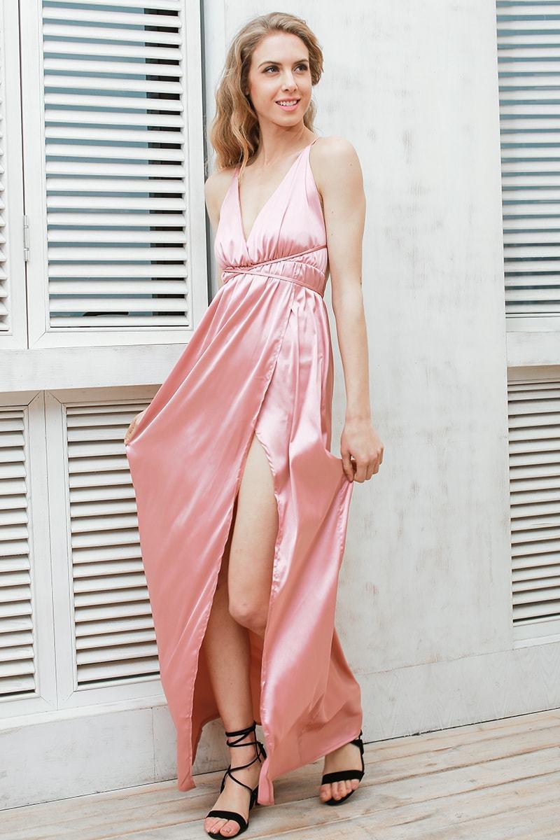 Атласное пляжное платье-комбинация на бретелях пудрового цвета
