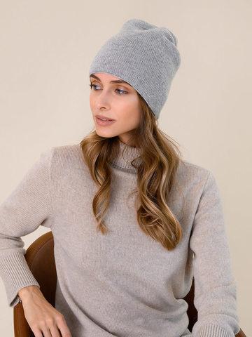 Женская шапка светло-серого цвета - фото 2