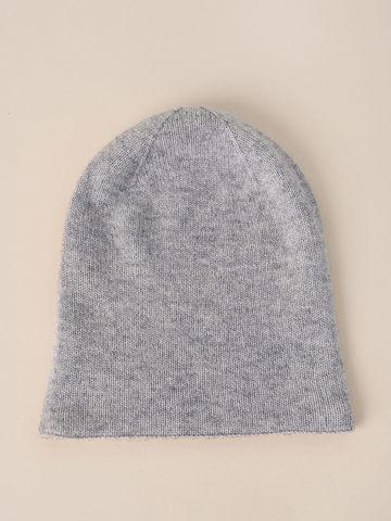 Женская шапка светло-серого цвета - фото 4