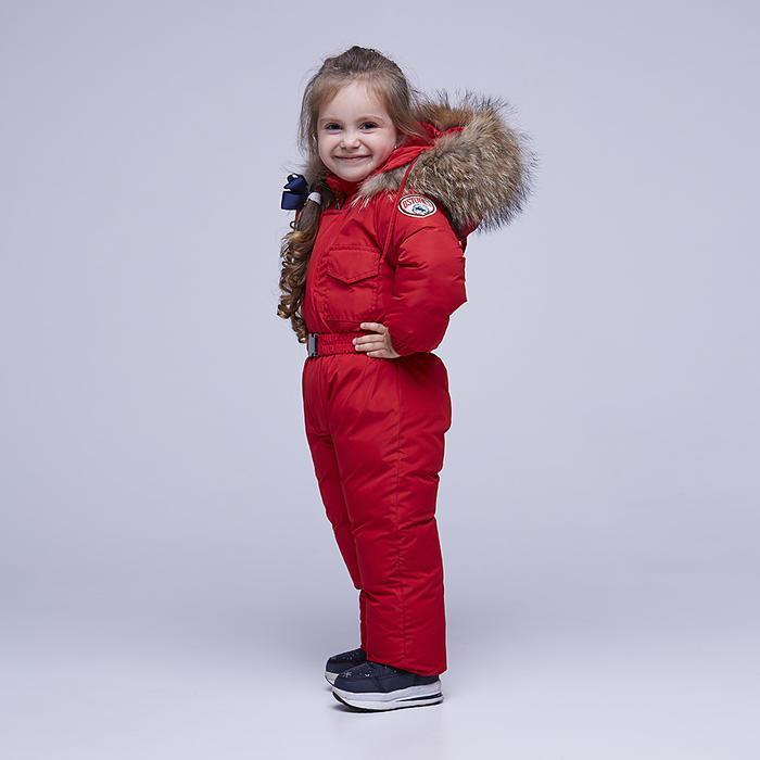 Дитячий однотонний зимовий комбінезон червоного кольору і опушкою з натурального хутра