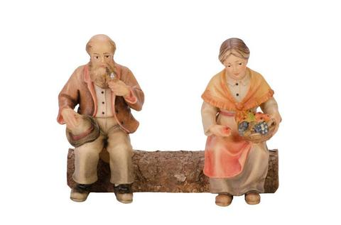 Дедушка с бабушкой на скамейке
